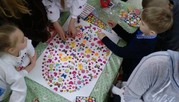 Українські школярі в Афінах передали в зону АТО пасхальні подарунки