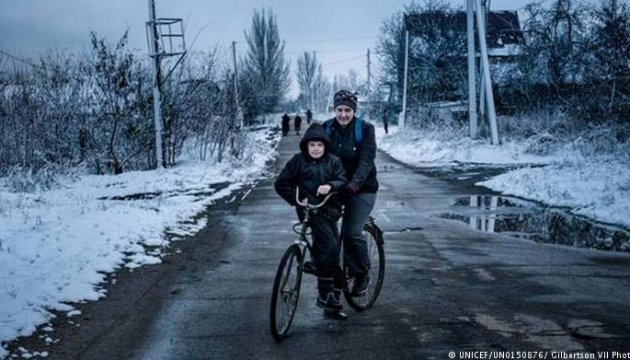 Блокпости і мінні поля: як діти на Донбасі через лінію фронту до школи ходять