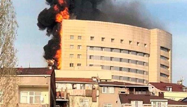 У Стамбулі горить багатоповерховий госпіталь, людей евакуюють
