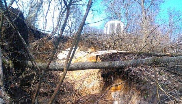 Альтанці Глібова у Седневі загрожує руйнування