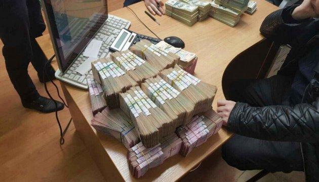 """На Прикарпатті """"валютники"""" за добу переводили у готівку до 5 мільйонів"""