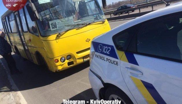У Києві маршрутка врізалася в поліцейське авто