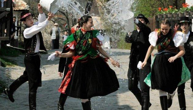 У Львові на площі Ринок облаштували спеціальну зону для масових обливань