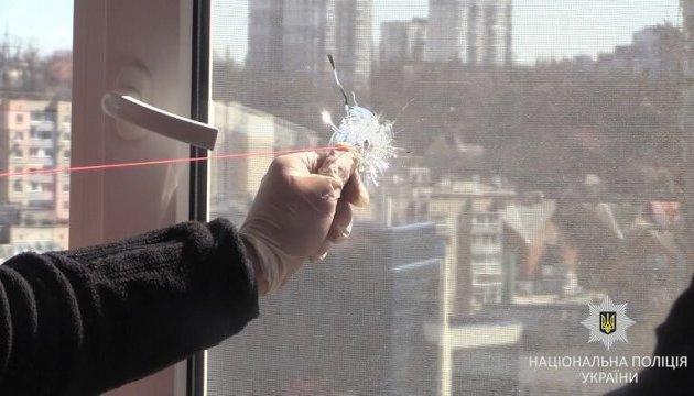 У Києві чоловік зі своєї квартири обстрілював вікна навпроти