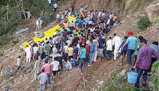 В Індії шкільний автобус впав в ущелину, загинули 27 дітей