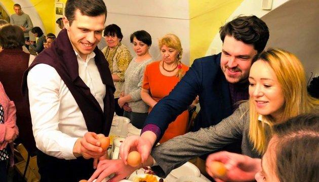Українських заробітчан пригощали великоднім сніданком у Польщі