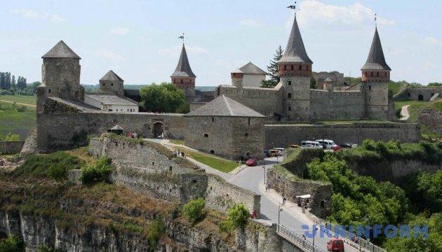 Une visite guidée dansante du château de Kamyanets-Podilsk en ligne sur Internet (vidéo)