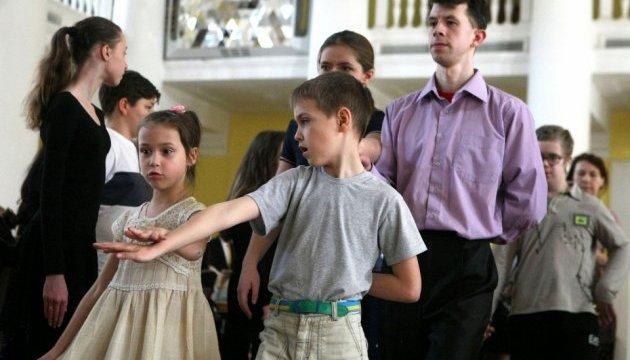 На репетиції дитячого Віденського балу у київській мерії зібралося 70 пар дебютантів