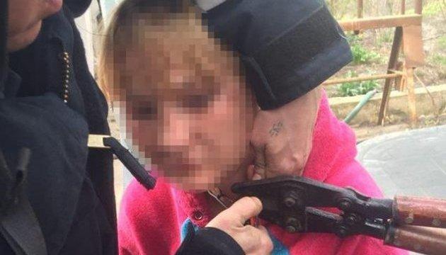 Одеські копи звільнили молоду жінку, прикуту ланцюгом до стіни