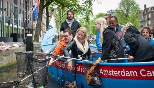 У Нідерландах туристам пропонують сміттєзбиральні екскурсії каналами