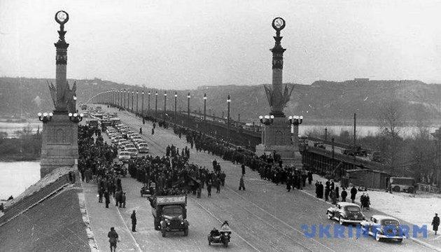З архіву: кінець кремлівського небожителя та хай-тек над Дніпром (1953)