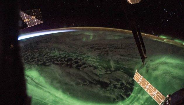 NASA опублікувало вражаючий знімок зустрічі полярного сяйва і світанку