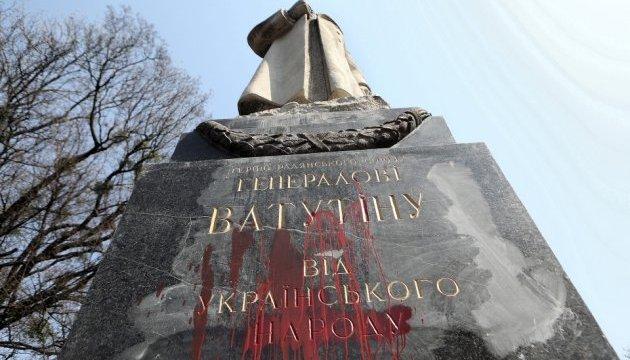 У Києві облили фарбою пам'ятник Ватутіну