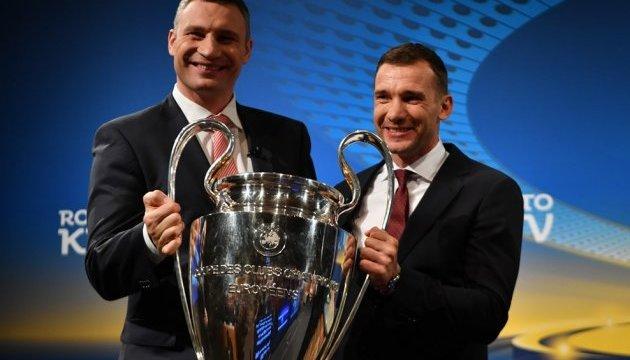 Кличко і Шевченко прийняли у Ньйоні від УЄФА трофей футбольної Ліги чемпіонів