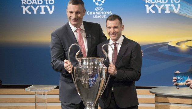 Klichkó y Shevchenko reciben el trofeo de la UEFA Champions League