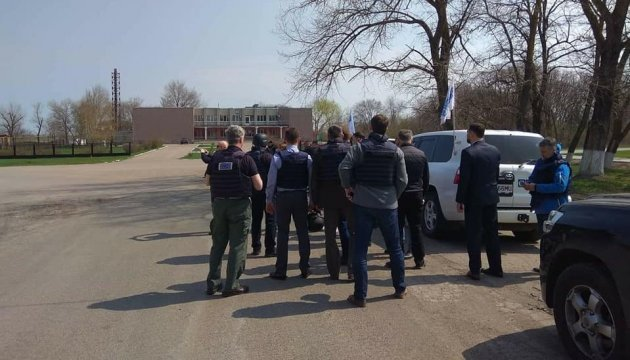 Slovak delegation visits Hnutove checkpoint, frontline village Lebedynske. Photos