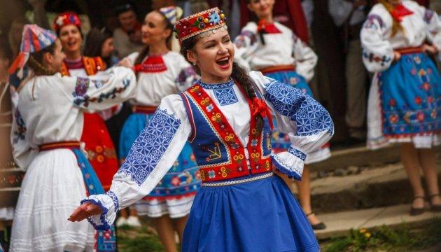 "Salpiques del agua y ""danza torcida"" en Uzhgorod"