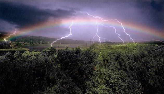 Грози, град та шквали: на Прикарпатті знову оголосили штормове попередження