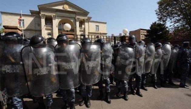 Протести у Вірменії: учасники акції взяли в облогу резиденцію прем'єра
