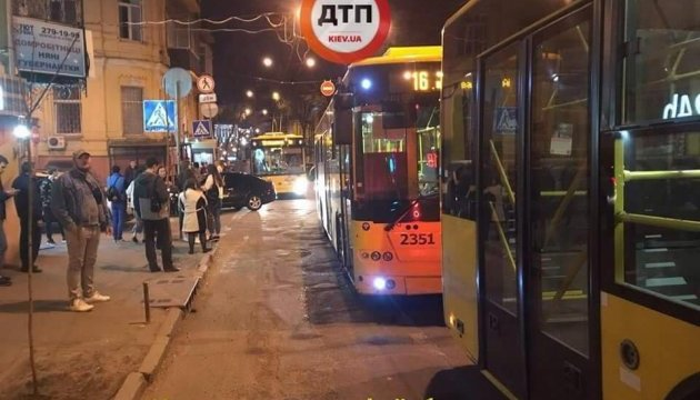 У центрі Києва перекрили вулицю через бійку в тролейбусі