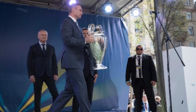 Кличко принял участие в церемонии передачи кубка Лиги чемпионов УЕФА
