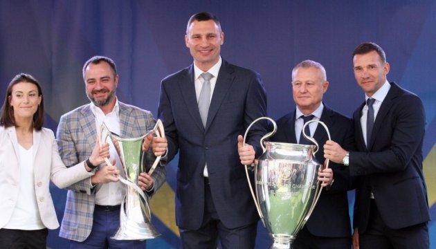 Амбасадори фіналів футбольної Ліги чемпіонів передали трофеї меру Києва та президенту ФФУ