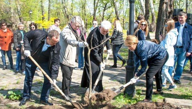 В Киевском городском саду появилась Аллея Мира