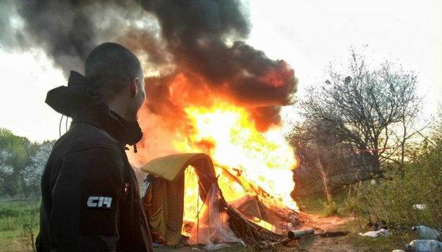 Les nationalistes brûlent un camp rom à Kyiv