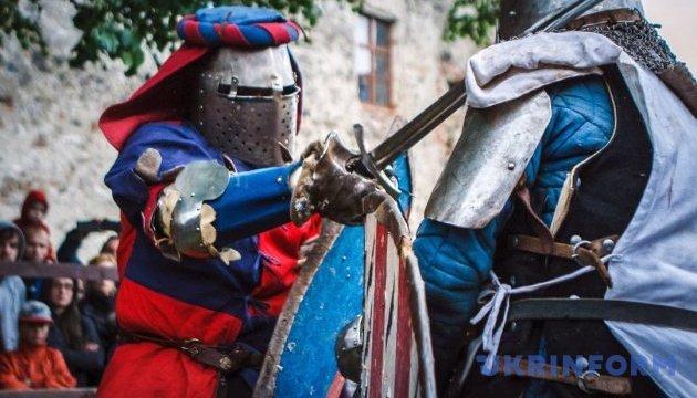 """Лицарські поєдинки та середньовічні танці: на Закарпатті стартував """"Срібний Татош"""""""