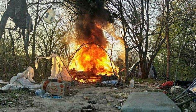 La police ouvre une enquête après des violences et la destruction d'un camp de roms à Kyiv (vidéo)