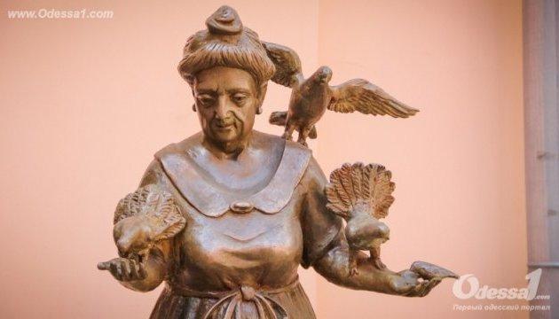 В Одесі з'явився пам'ятник бабусі з голубами