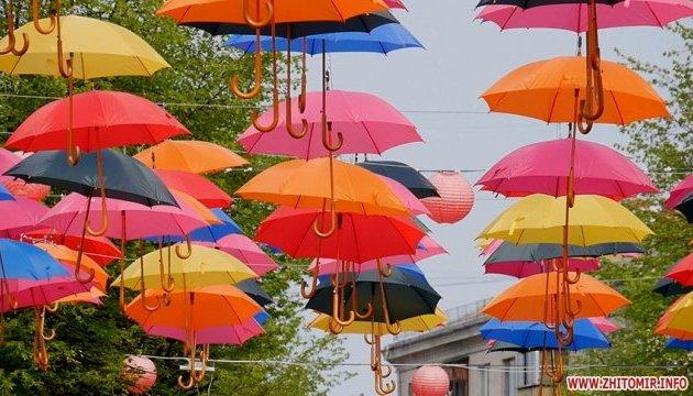 Пішохідну вулицю Житомира прикрасили кольоровими парасольками