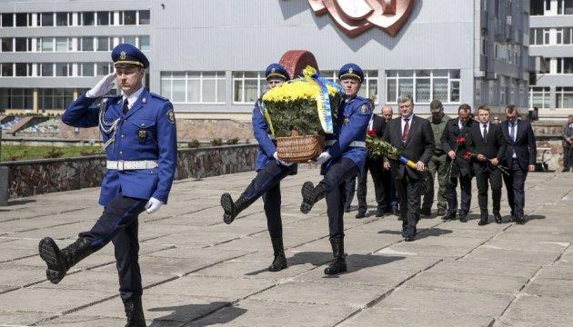 Präsident Poroschenko ehrt Helden von Tschornobyl