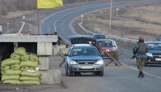 В контрольных пунктах на линии разграничения застряли 340 авто