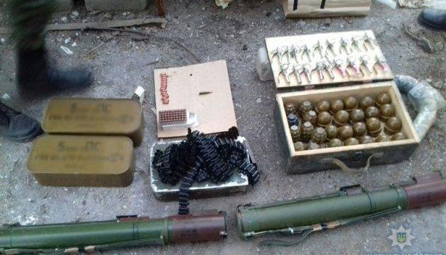 Среди инструментов в мариупольском гараже нашли арсенал оружия