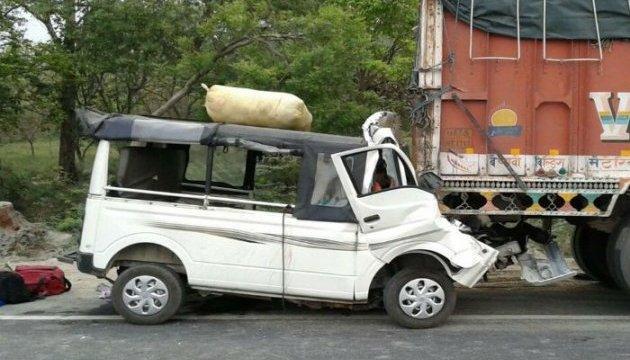 В Индии авто протаранило грузовик, девятеро погибших