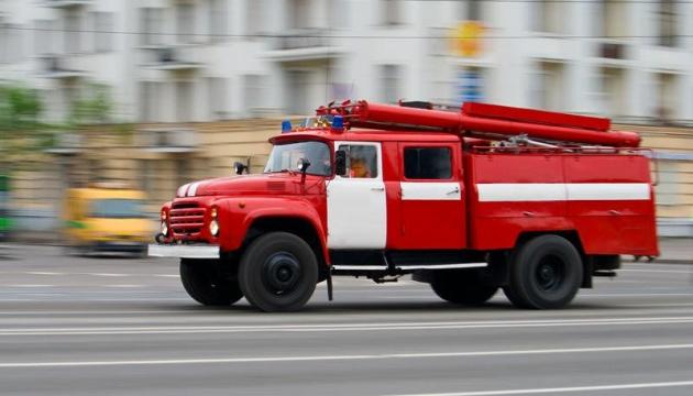 В Киеве пожарная машина провалилась под асфальт