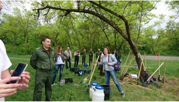 乌日哥罗德市种植百株树苗为乌通社庆生