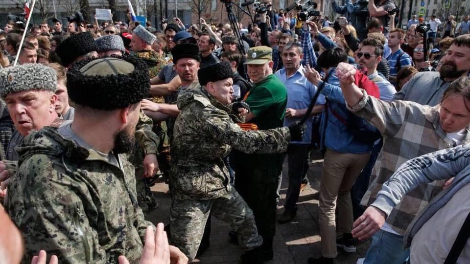 Казаки нападають на учасників демонстрації