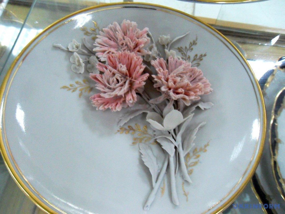 Настінна тарілка, декорована живими квітами