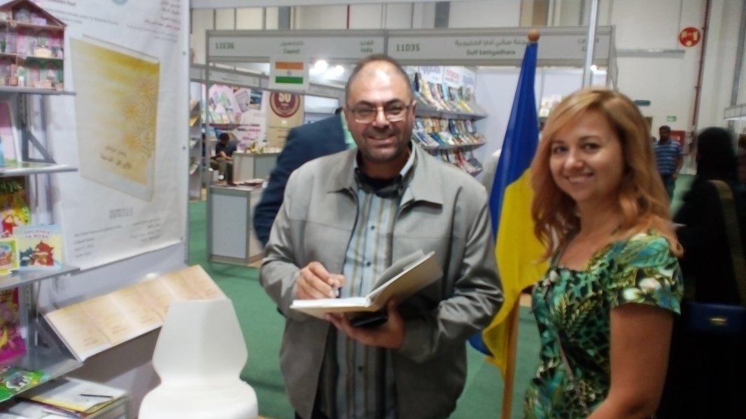 Перекладач з української на арабську Імадеддін Раеф ставить автографи на своєму перекладі Франка