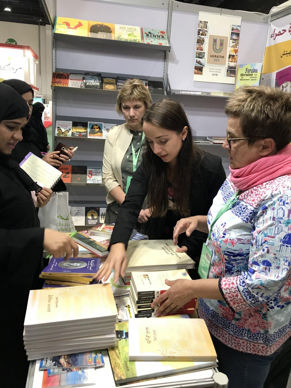 На стенді майже постійно були представники української громади. На фото - нам допомагає Оксана Маковоз (у центрі), яка працює в Абу-Дабі стюардесою