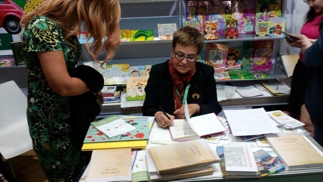 Марина Гримич підписує свої книжки