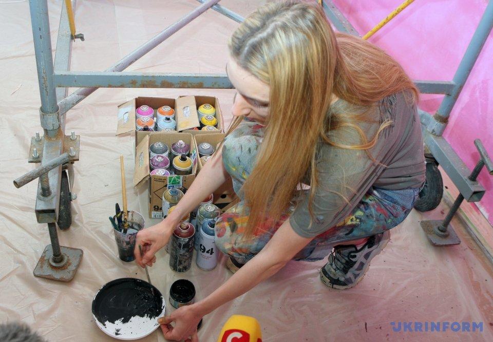 До дня вишиванки художниця з Лондона малює п ятиметрових ... cd581924b97d6