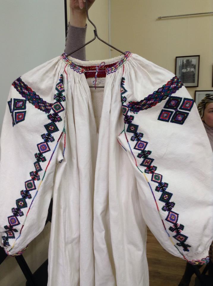 """ad335628be5955 Сорочки-довгані (від слова """"довгі"""") – це додільні сорочки з білого  домотканного полотна з довгими широкими рукавами. Крім незвичного  розміщення вишивки, ..."""