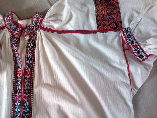 104a83b8e3c12c Там вишивка дуже подібна до борщівської: темні кольори і цікава «кучерява»  техніка вишивання. На Гуцульщині – теж різні традиції у вишиванні.