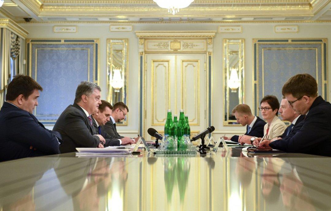 Порошенко иВолкер обсудили ситуацию вДонбассе