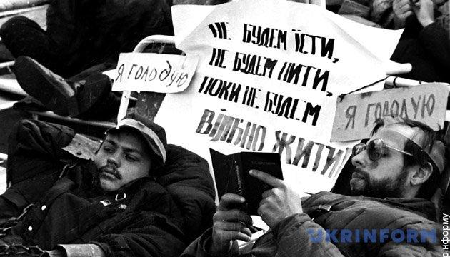 На фото: голодуючі студенти, жовтень, 1990 рік. Із фондів Укрінформу.