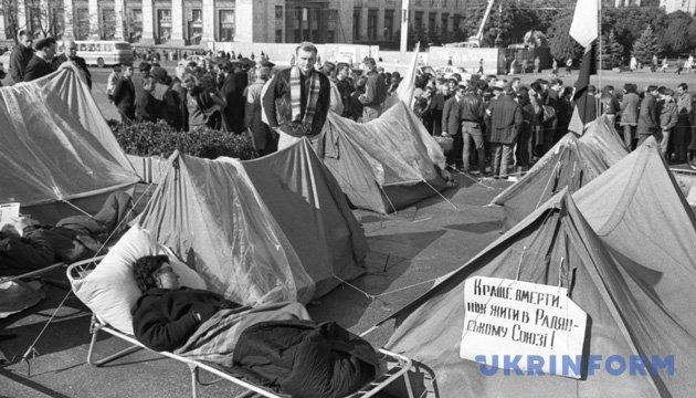 На площі Жовтневої революції (Майдан Незалежності) триває студентське голодування. Фото Володимира Самохоцького. Жовтень 1990 року. Із фондів Укрінформу.