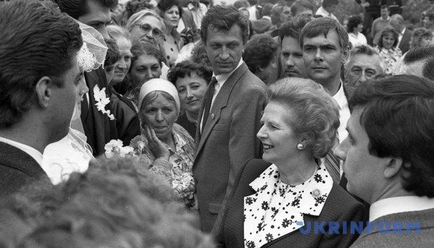 Прем'єр-міністр Великобританії Маргарет Тетчер під час зустрічі із киянами в парку Вічної Слави. Червень 1990 року. Із фондів Укрінформу.